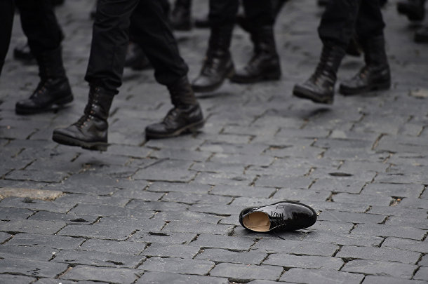 Туфля на мостовой Красной площади во время проведения военного парада