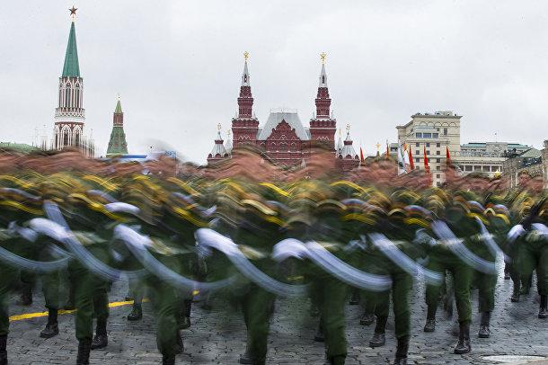 Российские солдаты маршируют по Красной площади во время парада в День Победы