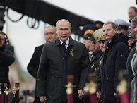 Президент РФ В.Путин и премьер-министр РФ Д.Медведев на военном параде в честь 72-й годовщины Победы в ВОВ