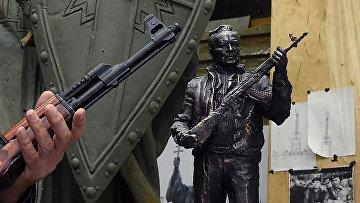 Модель памятника Михаилу Калашникову российского скульптора Салавата Щербакова в Москве