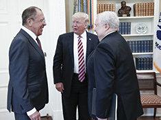 Министр иностранных дел России Сергей Лавров, президент США Дональд Трамп и посол Сергей Кисляк во время встречи в Вашингтоне. 10 мая 2017