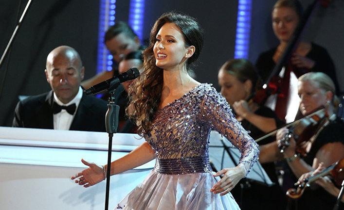 зарубежная певица пела в военной форме на открытие