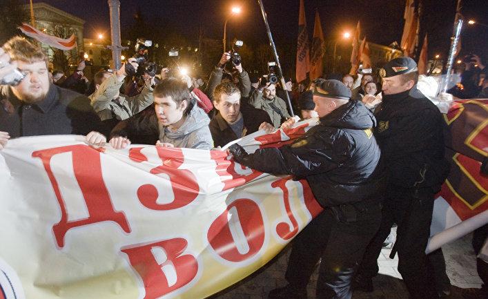 Белорусская оппозиция провела несанкционированное шествие по центральному проспекту Минска