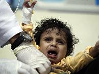 Ребенок с подозрением на холеру в больнице в Сане, Йемен
