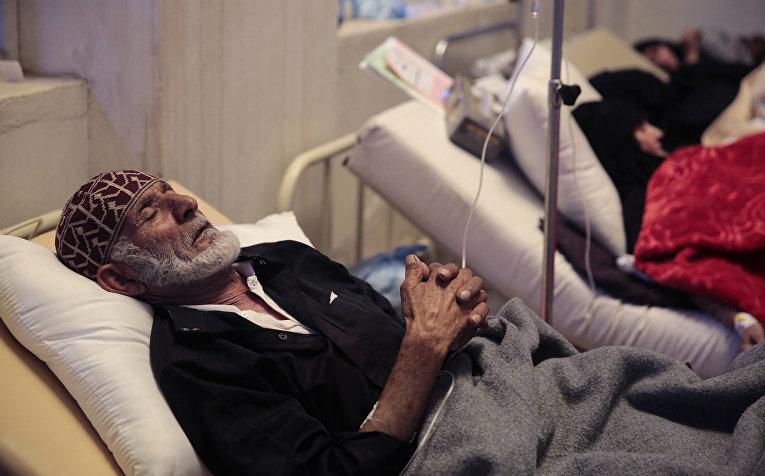 Пожилой человек с подозренеми на холеру в госпитале в Сане, Йемен