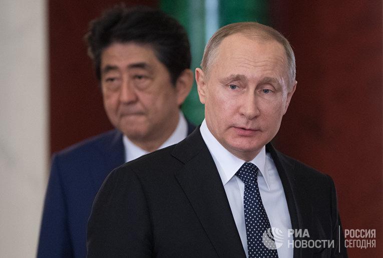 Президент РФ Владимир Путин и премьер-министр Японии Синдзо Абэ во время совместной пресс-конференции по итогам встречи. 27 апреля 2017 года