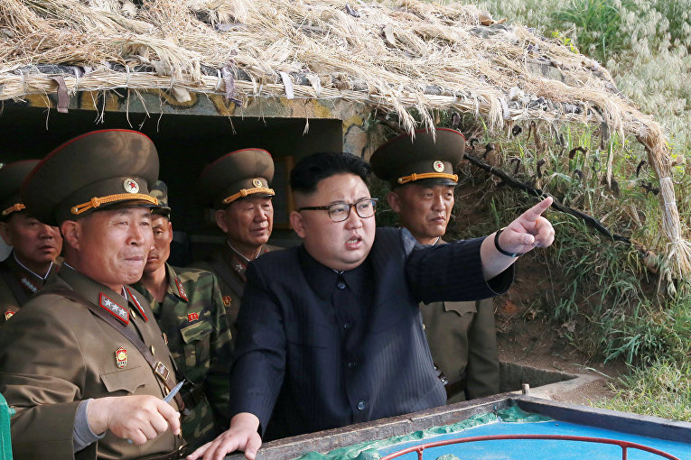 Северокорейский лидер Ким Чен Ын инспектирует отряд обороны
