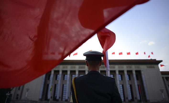 Почетный караул у большого зала народных собраний в Пекине