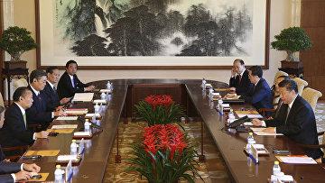 Генеральный секретарь либерально-демократической партии Японии Тосихиро Никаи и председатель КНР Си Цзиньпин
