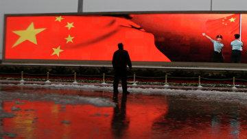 Человек на фоне экрана с флагом Китая, Пекин