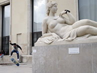 Скейтер возле парижского дворца Токио в Париже