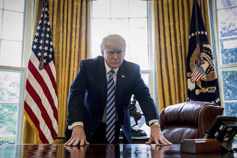 Президент США Дональд Трамп позирует в Овальном кабинете в Вашингтоне