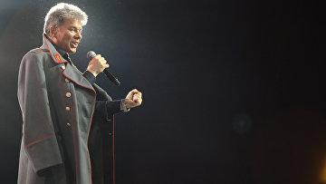 Певец Олег Газманов во время исполнения песни «Господа офицеры»