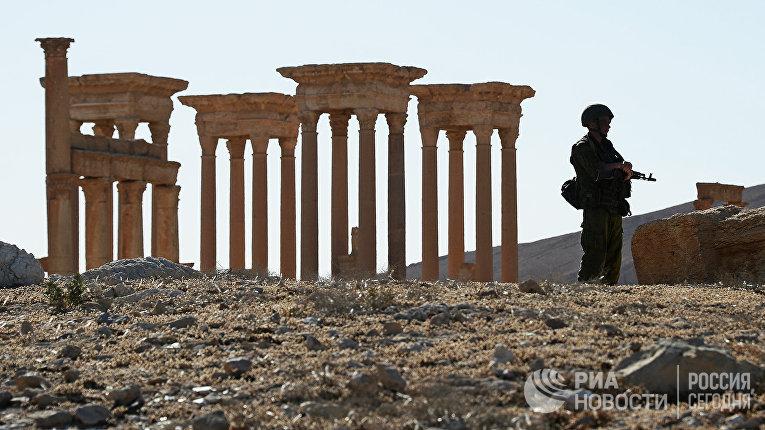 Военнослужащий РФ в исторической части Пальмиры