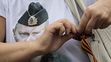 Женщина в футболке с портретом российского президента Владимира Путина во время пророссийского митинга в Донецке
