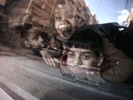 Глухонемых сирийских детей вывозят на школьном автобусе из школы Аль-Баян в удерживаемом повстанцами городе Дума, Сирия
