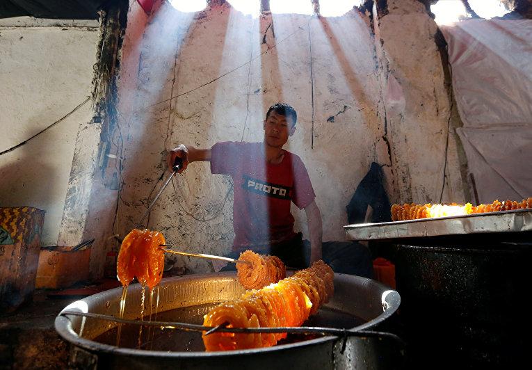 Мужчина готовит специальные сладости к Рамадану