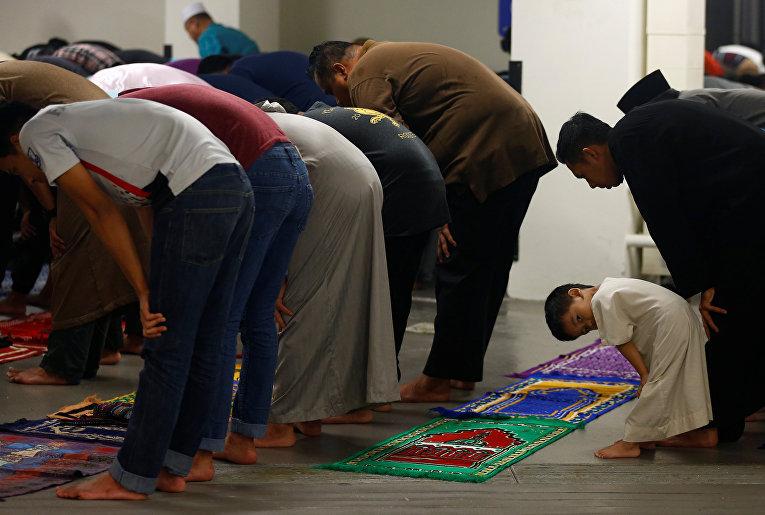 Мусульмане совершают таравих в честь начала Рамадана