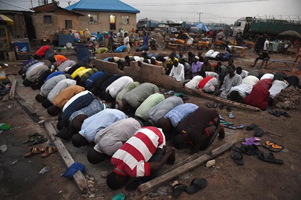 Люди молятся в первый день Рамадана в Ката-Ишери, штат Огун, юго-запад Нигерии