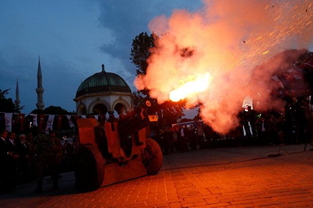 Торжественный залп из пушки, оповещающий начало Ифтара на площади Султанахмет в Стамбуле