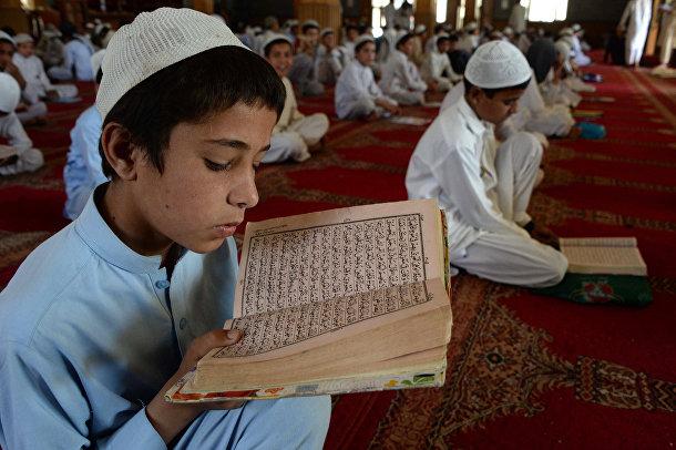 Афганские мальчики читают Коран во время священного месяца Рамадан в мечети Джелалабада