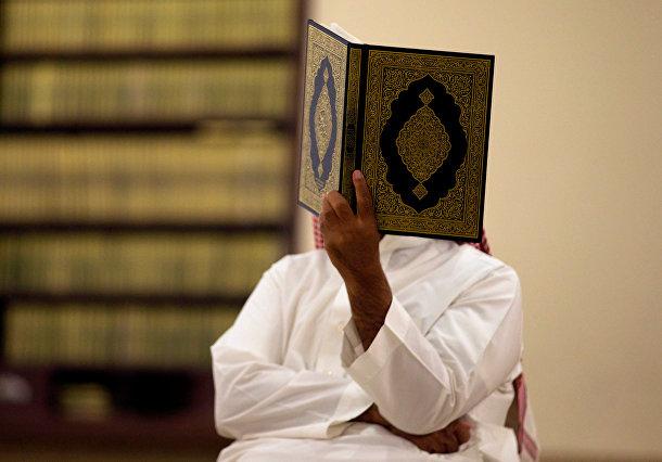 Мужчина читает Коран во время Рамадана. Эр-Рияд, Саудовская Аравия