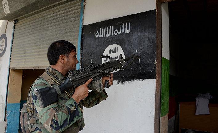 Флаг ИГИЛ (запрещено в РФ) на стене дома в Кот-район