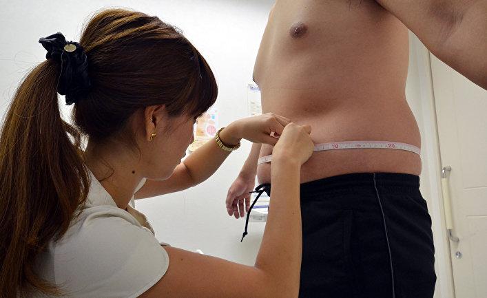 Пациент с лишним весом на консультации в клинике в Токио