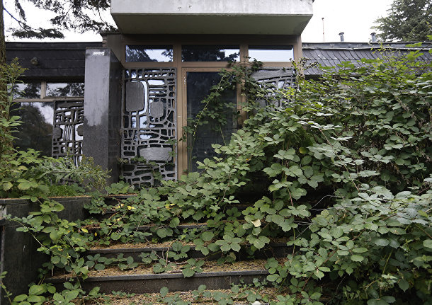 Увитый растениями вход дома в немецком городе-призраке Иммерат