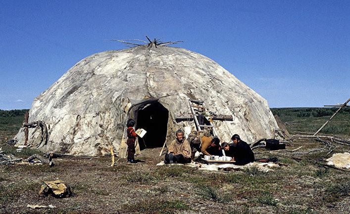 Семья оленеводов около яранги