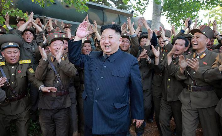Северокорейский лидер Ким Чен Ын во время пуска ракеты «Пуккыксон-2»