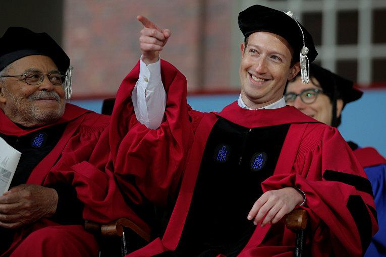 Основатель Facebook Марк Цукерберг  получает ученую степень в Гарварде. 25 мая 2017