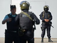 Сотрудники правоохранительных органов на прилегающей территории Донецкого суда