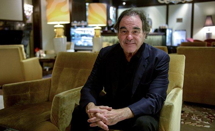 Американский режиссер Оливер Стоун отвечает на вопросы журналистов во время интервью