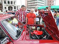 Участники и зрители первого на Кубе конкурса на лучший российский автомобиль ВАЗ