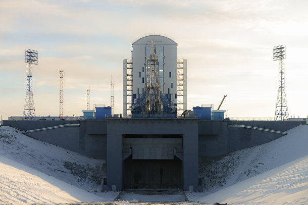 Стартовый стол и мобильная башня обслуживания космодрома «Восточный»