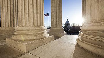 Вид на Капитолий из здания Верховного Суда в Вашингтоне