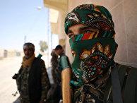 Бойцы сирийских демократических сил в западном районе Ракки