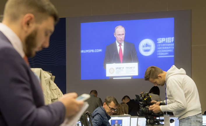 Журналисты в главном пресс-центре форума во время трансляции выступления президента РФ Владимира Путина