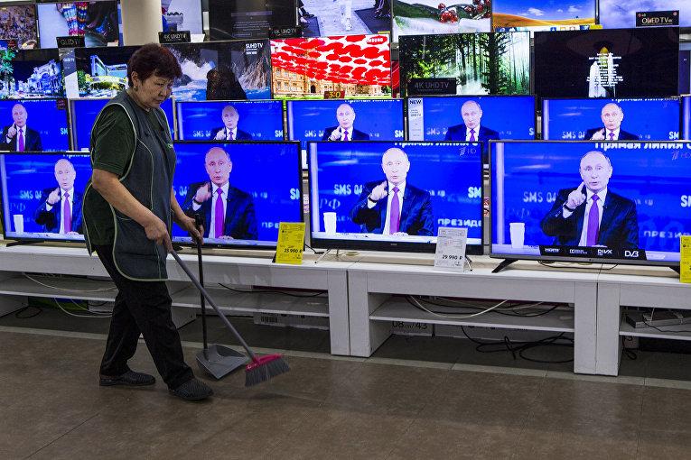 «Прямая линия» с Владимиром Путиным транслируется на телевизорах в магазина в Москве