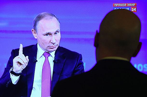 Журналисты смотрят «прямую линию» с Владимиром Путиным в Москве