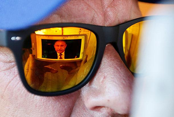 Мужчина смотрит «Прямую линию с Владимиром Путиным» в Красноярске