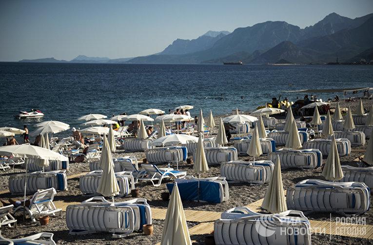 Шезлонги на пляже курорта Кемер в Турции