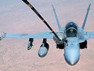 Дозаправка американского истребителя-бомбардировщика F-18