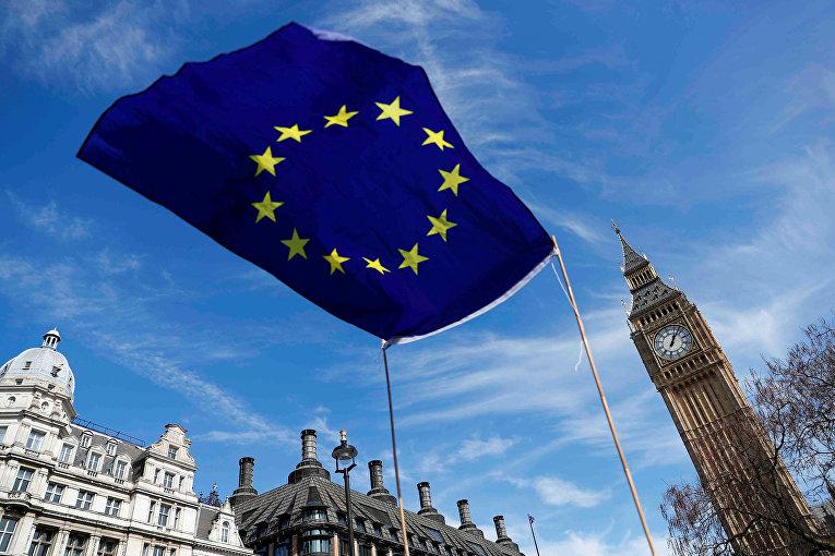 Флаг ЕС на площади парламента в Лондоне
