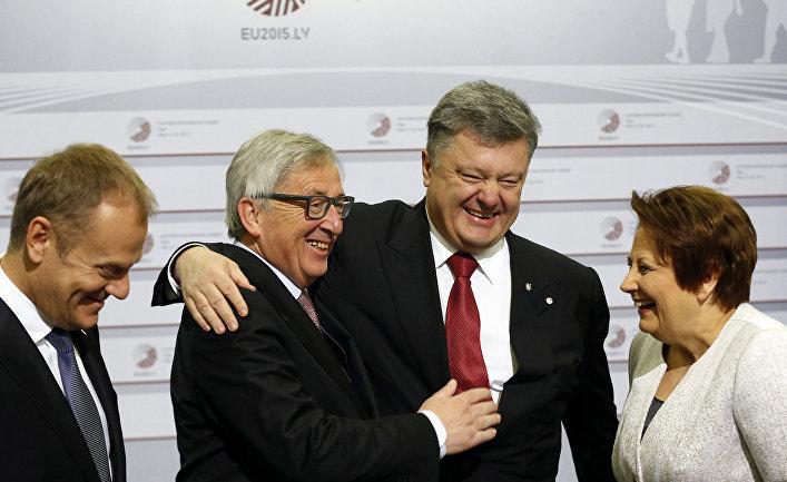 Дональд Туск, Жан-Клод Юнкер, Петр Порошенко и Лаймдота Страуюма на саммите Восточного партнерства в Риге