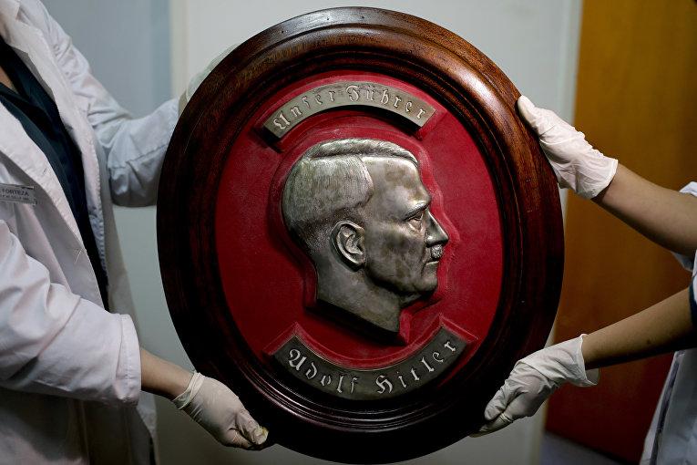 Барельеф с изображениме адольфа Гитлера, обнаруженный федеральной полицией Аргентины на тайном складе нацистких артефактов в доме недалеко от  Буэнос-Айроса