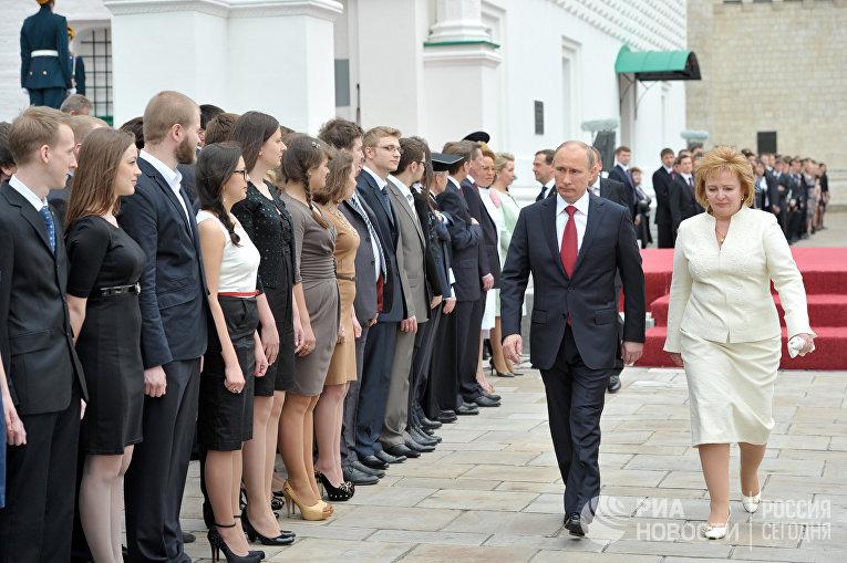 Президент РФ Владимир Путин с супругой Людмилой на Соборной площади Московского Кремля