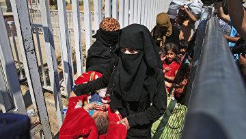Беженцы из Сирии возвращаются из Турции в Таль Абьяд после освобождения города от боевиков Исламского государства