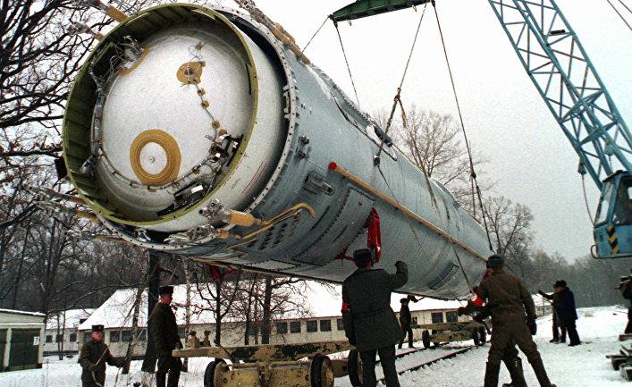 Подготовка ракеты УР-100Н (SS-19 по классификации США и НАТО) к уничтожению, военная часть рядом с поселком Вакуленчук